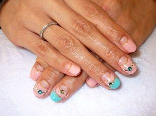 Маникюр на 8 марта, голубо-розовый французский маникюр (френч) на коротких ногтях с блестками и стразами