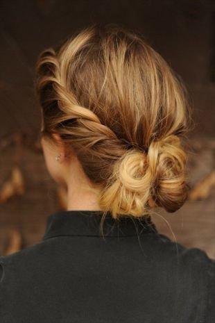 Прическа коса на бок на средние волосы, прическа с косой на выпускной