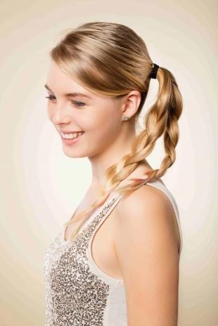 """Русый цвет волос на длинные волосы, прическа """"конский хвост"""" с двумя косичками"""
