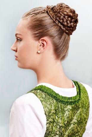 Высокие прически на длинные волосы, прическа на последний звонок - пучок с оригинальным плетением