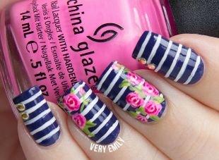 Рисунки с полосками на ногтях, морской маникюр с цветами