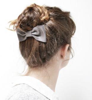 Холодно коричневый цвет волос, прическа высокий пучок из косички с бантом