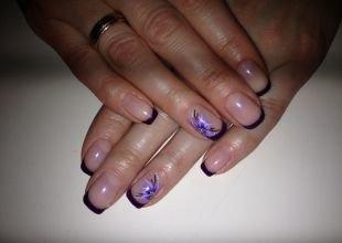 Дизайн коротких ногтей, французский маникюр шеллаком фиолетового цвета с цветами