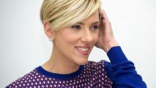 Цвет волос теплый блонд, трендовая короткая стрижка с длинной косой челкой