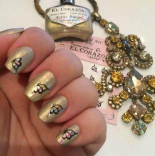Черный дизайн ногтей, золотистый маникюр с наклейками - бабочки