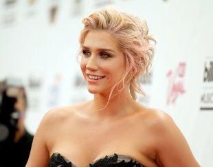 Цвет волос теплый блонд, прическа на средние волосы с собранными волосами