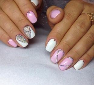 Бело-розовый маникюр, идеи дизайна ногтей со стразами
